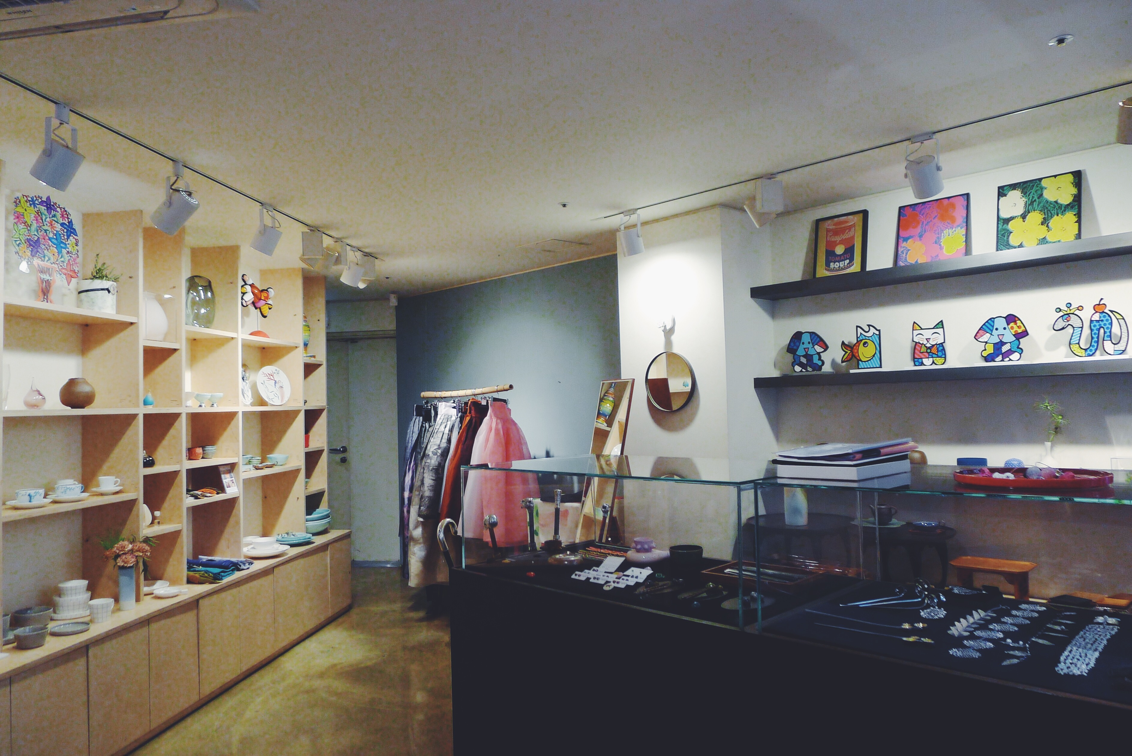 A small shop composed of Korean arts and crafts located on the basement floor